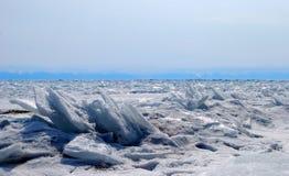 贝加尔湖冻结的湖通知 库存照片