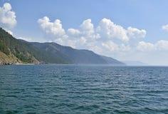 贝加尔湖和小山美好的风景  库存照片