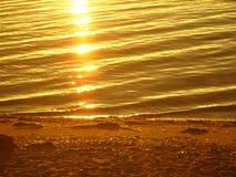 贝加尔湖在夏天 太阳的反射在日出的 免版税库存照片
