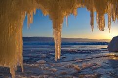 贝加尔湖惊人的稀奇的冰流程  免版税库存照片