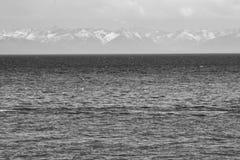 贝加尔湖水和山  库存照片