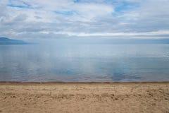 贝加尔湖清楚的水晶水镇静天气的 蓝色覆盖反映天空 库存照片