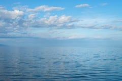 贝加尔湖清楚的水晶水镇静天气的 蓝色覆盖反映天空 免版税库存图片