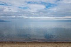 贝加尔湖清楚的水晶水镇静天气的 蓝色覆盖反映天空 图库摄影