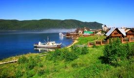 贝加尔湖湖listvianka俄国结算 免版税库存照片