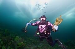 贝加尔湖潜水员冰 免版税库存图片