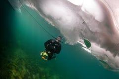 贝加尔湖潜水员冰 库存图片