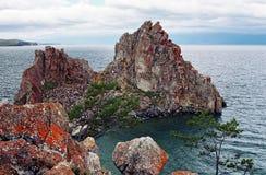 贝加尔湖神圣湖的岩石 库存图片