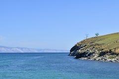 贝加尔湖美好的风景由山围拢了和 库存照片
