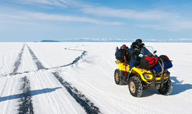 贝加尔湖高明的冰 免版税库存照片