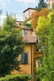 贝加莫意大利 一个高古老大厦的看法与大窗口的 免版税库存照片