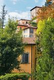 贝加莫意大利 一个高古老大厦的看法与大窗口的 免版税库存图片