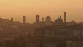 贝加莫意大利 在老镇的早晨风景从圣徒在秋季期间的Vigilio小山 影视素材