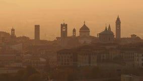 贝加莫意大利 在老镇的早晨风景从圣徒在秋季期间的Vigilio小山 股票录像