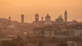 贝加莫意大利 在老镇的早晨风景从圣徒在秋季期间的Vigilio小山 免版税库存照片