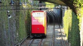 贝加莫意大利 红色缆索铁路在更低的驻地 它用老一个连接新的城市 股票视频