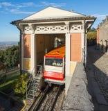 贝加莫意大利 红色缆索铁路在老城贝加莫在上部驻地在圣Vigilio小山 免版税库存照片