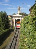 贝加莫意大利 红色缆索铁路在老城贝加莫在上部驻地在圣Vigilio小山 免版税库存图片