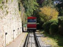 贝加莫意大利 红色缆索铁路在老城贝加莫接近驻地在圣Vigilio小山 图库摄影