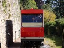 贝加莫意大利 红色缆索铁路在老城贝加莫接近驻地在圣Vigilio小山 免版税库存照片