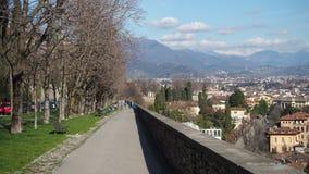 贝加莫意大利 老城镇 沿威尼斯式墙壁的步行区域 免版税库存图片