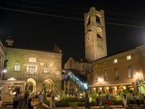 贝加莫意大利 老城镇 老大广场和围拢它与新的临时街道设备的大厦的 库存照片