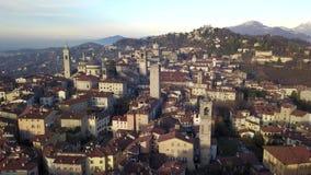 贝加莫意大利 老镇的寄生虫鸟瞰图 风景在市中心和它的历史大厦在冬时 影视素材