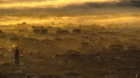 贝加莫意大利 雾盖的镇的令人惊讶的风景出现从在秋季的平原 免版税库存照片