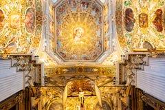 贝加莫,伦巴第,意大利- 2019年1月25日:主要圣母大殿圣玛丽的内部  大教堂是罗马式 图库摄影