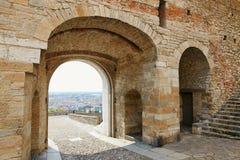 贝加莫,意大利- 2017年8月18日:从波尔塔di圣贾科莫的贝加莫视图在Citt亚尔他 库存照片