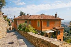 贝加莫,意大利- 2017年8月18日:小山的美丽的老石房子 免版税库存照片