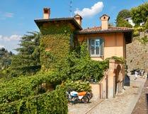 贝加莫,意大利- 2017年8月18日:小山的美丽的老石房子 免版税图库摄影