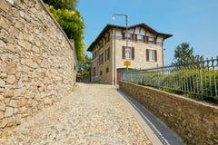贝加莫,意大利- 2017年8月18日:小山的美丽的老石房子 库存图片