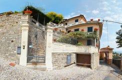 贝加莫,意大利- 2017年8月18日:小山的美丽的老石房子 图库摄影