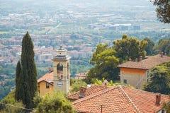 贝加莫,意大利- 2017年8月18日:市的全景从城堡墙壁的贝加莫 库存图片