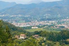 贝加莫,意大利- 2017年8月18日:市的全景从城堡墙壁的贝加莫 库存照片