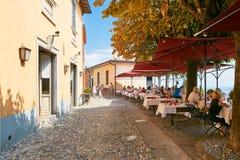 贝加莫,意大利- 2017年8月18日:舒适街道咖啡馆在上部城市 免版税库存照片