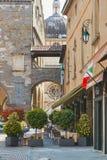 贝加莫,意大利- 2017年8月18日:舒适街道咖啡馆在上部城市 免版税库存图片