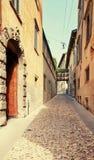 贝加莫,意大利- 2017年8月18日:贝加莫老镇的安静和狭窄的街道  免版税库存图片
