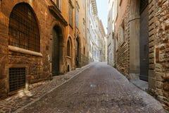 贝加莫,意大利- 2017年8月18日:贝加莫老镇的安静和狭窄的街道  库存图片