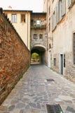 贝加莫,意大利- 2017年8月18日:贝加莫老镇的安静和狭窄的街道  库存照片