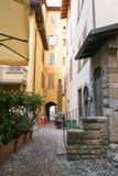 贝加莫,意大利- 2017年8月18日:贝加莫老镇的安静和狭窄的街道  图库摄影