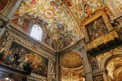 贝加莫,意大利- 2017年8月18日:贝加莫` s大教堂二圣玛丽亚Maggiore,华丽金内部 免版税图库摄影