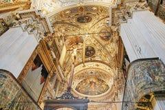 贝加莫,意大利- 2017年8月18日:贝加莫` s大教堂二圣玛丽亚Maggiore,华丽金内部 库存图片