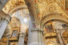 贝加莫,意大利- 2017年8月18日:贝加莫` s大教堂二圣玛丽亚Maggiore,华丽金内部 免版税库存照片