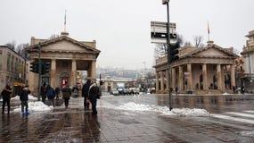贝加莫,意大利- 2017年12月11日:门有上部城市的波尔塔Nuova背景的,贝加莫,意大利的冬天视图 免版税库存照片