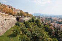 贝加莫,意大利- 2017年8月18日:La Rocca贝加莫城堡位于在城市的上部圣徒Eup小山  免版税图库摄影