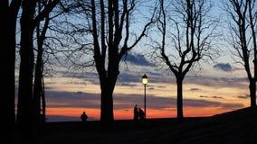贝加莫,老城市 意大利伦巴第 敬佩往Po谷的日落从古老墙壁人的剪影 库存图片