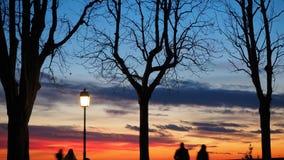 贝加莫,老城市 意大利伦巴第 敬佩往Po谷的日落从古老墙壁人的剪影 免版税库存照片