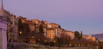 贝加莫,老城市 意大利 在圣徒贾科莫古老门和威尼斯式墙壁的日落 库存照片